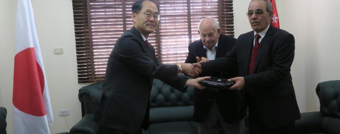 اليابان تسلم اجهزة برايل التعليمية إلى جمعية الصداقة للمكفوفين